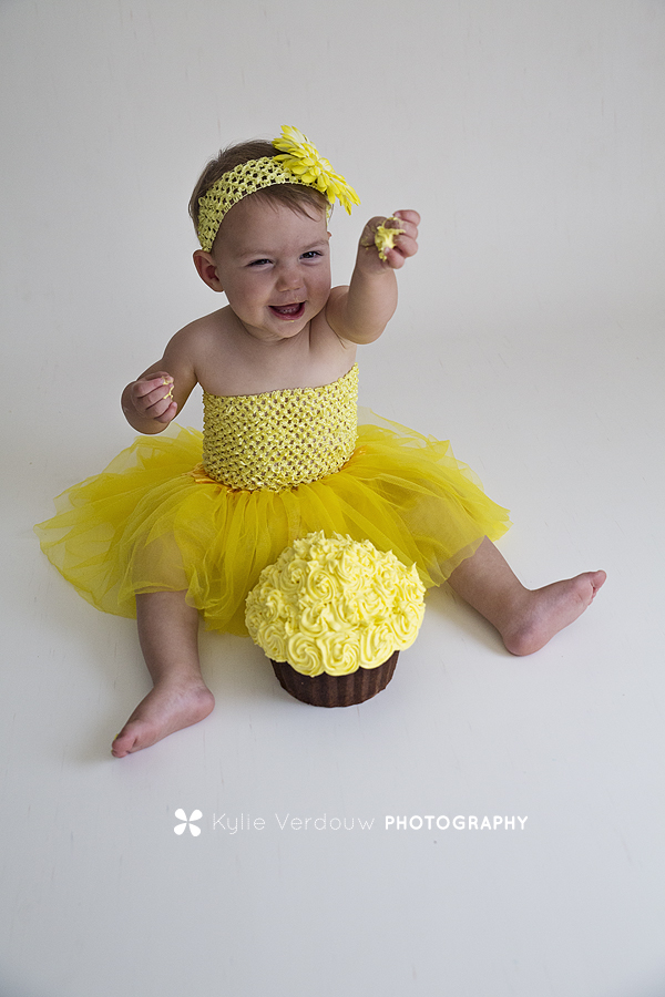 Baby pops in yellow for cakesmash